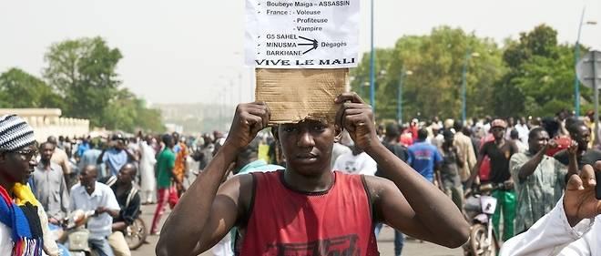 À l'appel des leaders religieux et d'une partie de l'opposition, les manifestants ont également réclamé la démission du gouvernement ainsi que le départ des forces militaires internationales présentes dans le pays.