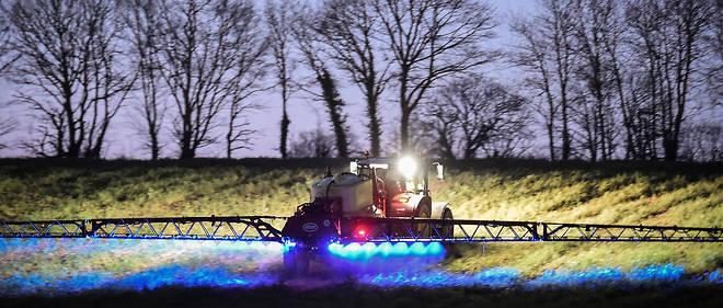 Épandage de Roundup, l'herbicide de Monsanto contenant du glyphosate, sur un champ à Saint-Léonard-des-Bois, dans le nord-ouest de la France.
