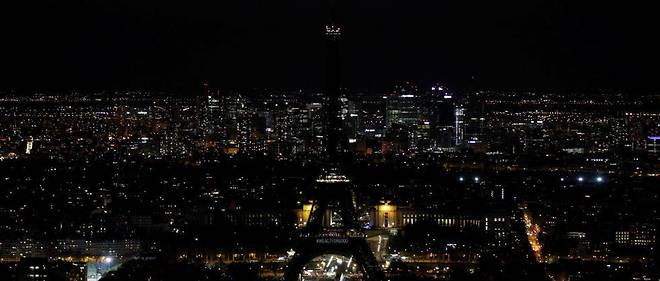 La tour Eiffel éteinte lors de l'opération de l'Earth Hour, un appel mondial à éteindre les lumières des monuments.