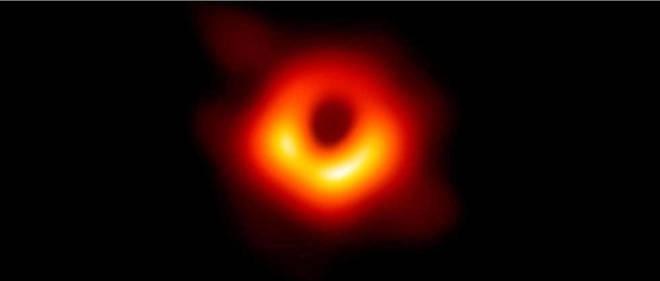 Ce cliché est une première mondiale dans l'étude des trous noirs. Par contraste, on voit ici l'ombre du trou noir supermassif au centre de la galaxie M87.