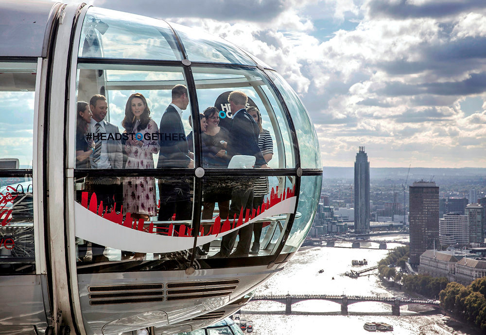 Reussite. La duchesse de Cambridge (3e en partant de la gauche), les princes William et Harry (de dos) dans l'une des capsules du London Eye, la grande roue construite par Poma.