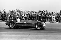 Juan Manuel Fangio au volant de son Alfa Romeo à Silverstone, lors du premier Grand Prix de l'histoire de la Formule 1.