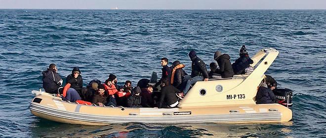 Des migrants entassés sur un bateau à coque semi-rigide entre la France et l'Angleterre.
