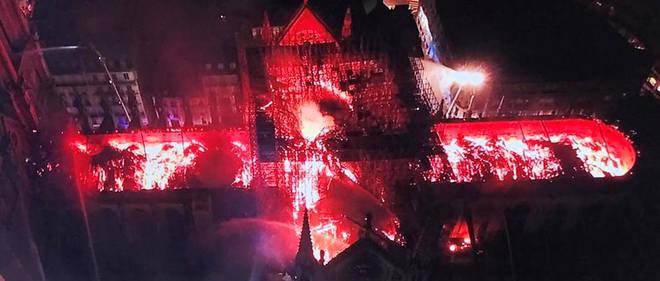La cathédrale est la proie des flammes, comme le montre cette image capturée par un drone de la police.