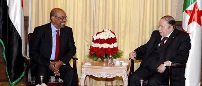 À la tête de leur pays respectif pendant au moins deux décennies, Omar el-Béchir et Abdelaziz Bouteflika ont été balayés par l'histoire dans le même mois.