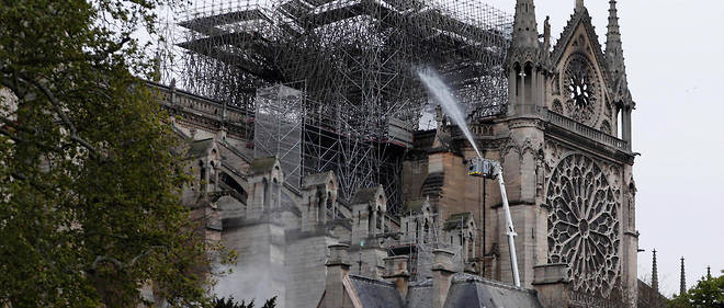 Des salariés d'Europe Échafaudage, filiale du groupe Le Bras, avaient travaillé toute la journée à l'installation de la structure géante, composée de dizaines de milliers de tubes d'acier et adossée aux piliers du transept, sur lequel les couvreurs devaient intervenir dans quelques semaines.