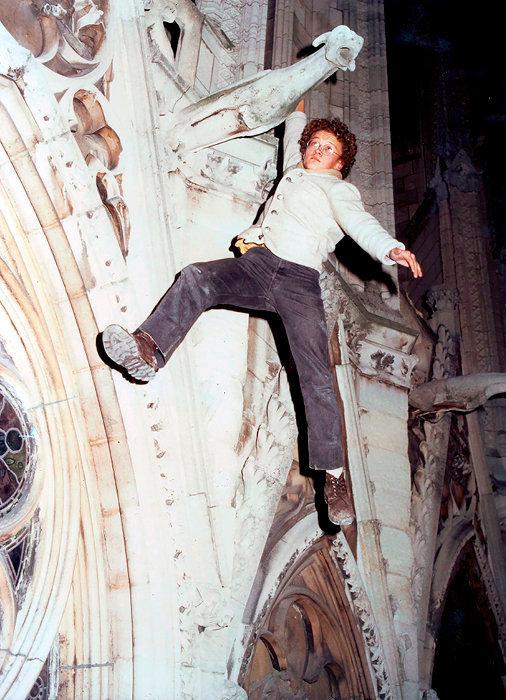 Equilibre. Sylvain Tesson, alors âgé de 18ans, suspendu à une gargouille  de Notre-Dame.