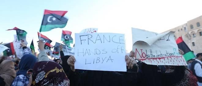 Un manifestant porte une banderole portant l'inscription «France, quitte la Libye» lors d'une manifestation contre l'offensive du général Khalifa Haftar en vue de s'emparer de Tripoli, le 12 avril 2019.