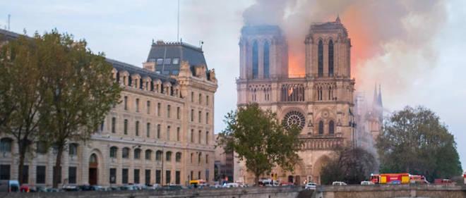 À 18h45 lundi 15 avril 2019, le toit de la cathédrale Notre-Dame de Paris prend feu. l'incendie se propage rapidement. Vue depuis le pont Saint-Michel.