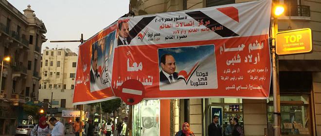 Une affiche encourageant la population à voter pour renforcer les pouvoirs de Sissi.