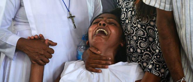 Une femme pleure lors de funérailles à l'église St. Sebastian's Church de Negombo, mardi 23 avril, deux jours après les attentats.