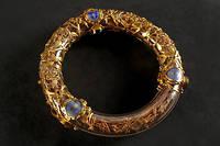 Le deuxième reliquaire, très beau, en cristal, avec des fils d'or tout autour de la sainte couronne, a été fabriqué au XIXe siècle.