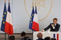 Emmanuel Macron devant ses ministres et le parterre de journalistes.