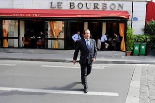 François Hollande, devant la brasserie Le Bourbon en 2009.