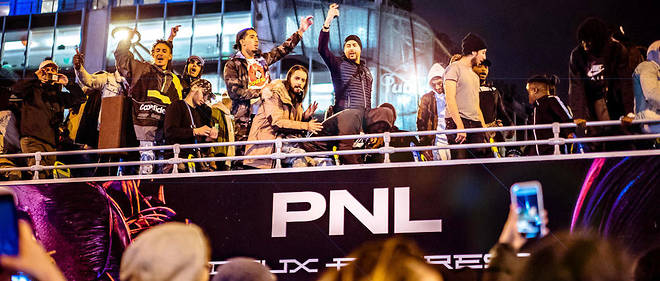 Un bus à impériale aux couleurs du groupe PNL défile sur les Champs-Élysées pour marquer le lancement de l'album.