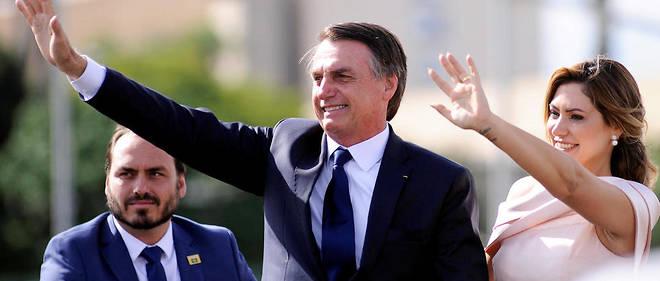 Jair Bolsonaro et sa femme Michelle lors de son investiture le 1er janvier 2019. À gauche, son fils Carlos. Isolé, sans parti, le chef de l'État brésilien a fait de ses fils ses plus proches conseillers.