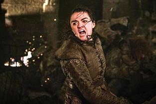 Arya, dechainee comme jamais face aux morts qui l'encerclent