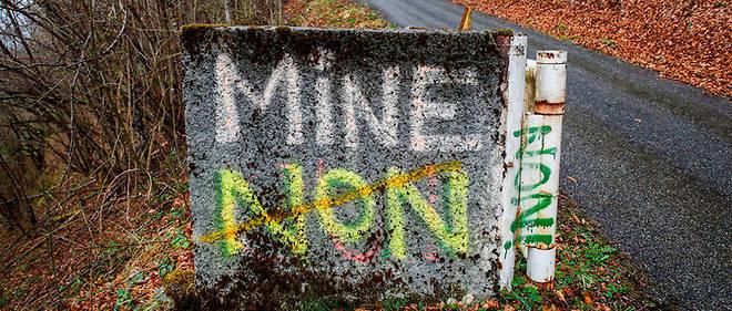 La route départementale D3conduisant à Couflens-Salau est truffée de slogans hostiles au rédemarrage del'exploitation minière.