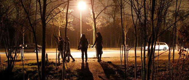 Au bois de Boulogne, les prostitué(e)s, très vulnérables et souvent sans papiers, sont ciblé(e)s par des voyous.