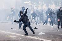 Des casseurs affrontent la police en marge des manifestations de Gilets jaunes à Paris, en décembre.
