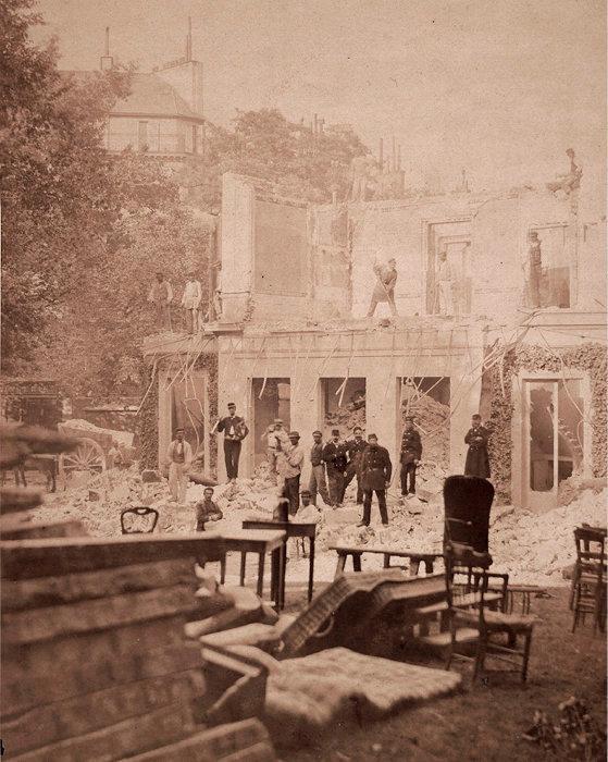 Vengeance. La résidence d'Adolphe Thiers, chef des Versaillais, détruite par les communards en mai 1871. Elle fut, par décret présidentiel, le premier bâtiment reconstruit.
