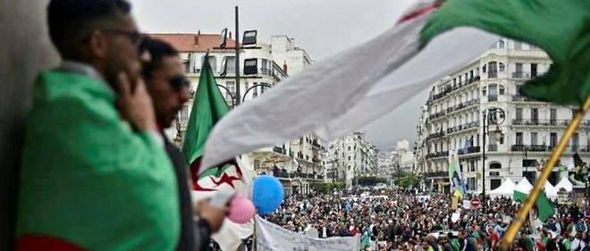 Ce vendredi 3 mai, les Algériens ont manifesté en masse pour la dixième semaine consécutive.