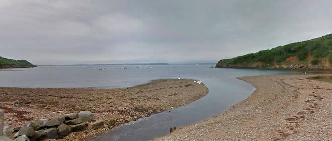 Le rocher mystère se trouve dans l'anse du Caro, non loin du fort du Corbeau, construit entre 1786 et 1789.