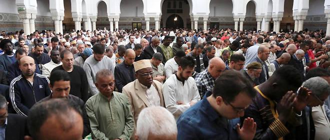 Dans la grande mosquée de Paris, avant l'Aïd-el-Fitr, qui marque la fin du mois du ramadan.