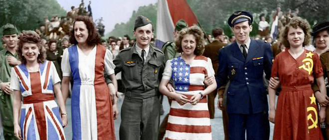 Le 8 mai 1945 sur les Champs-Élysees à Paris, des Parisiennes vêtues de robes aux couleurs des drapeaux des Alliés (Grande-Bretagne, France, États-Unis et Russie) célèbrent l'annonce de la victoire.
