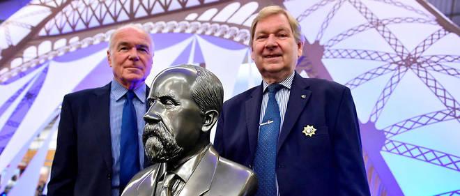 René-Georges Lavergne (à gauche), président du jury du Concours Lépine et Gérard Dorey, président du Concours Lépine posent à côté du panel du 117e concours Lépine, à la foire de Paris le 3 mai 2018.