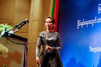 La communauté internationale autant que les Birmans attendaient d'Aung San Suu Kyi qu'elle porte les valeurs démocratiques dans un régime marqué par la succession des dictatures militaires.