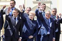 Dalia Grybauskaite entourée d'Emmanuel Macron et de Jean-Claude Juncker lors du sommet européen de Sibiu, le 9 mai 2019.