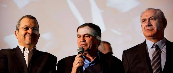Uzi Dayan entouré de l'ancien ministre de la Défense Ehud Barak et du Premier ministre Benjamin Netanyahu. Photo d'archives prise en 2012.