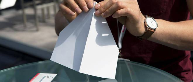 À chacun sa technique pour plier le célèbre avion en papier.