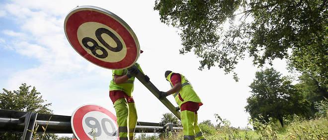 Un panneau de limitation à 80 km/h en cours d'installation à Wittenheim, dans l'est de la France.