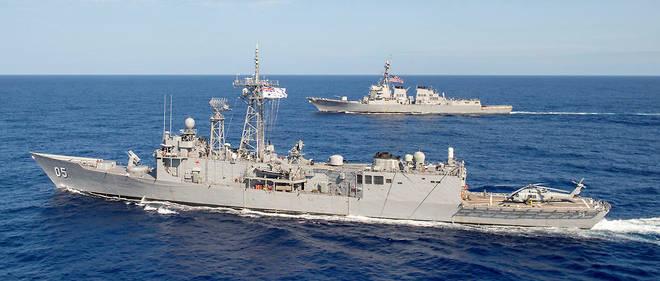 La frégate lance-missile australienne HMAS Melbourne (au premier plan) et le destroyer lance-missile USS Preble (au second plan), en mer de Chine méridionale, le 18 avril 2019.