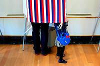 Un père et sa fille à New York lors des élections présidentielles de 2017.