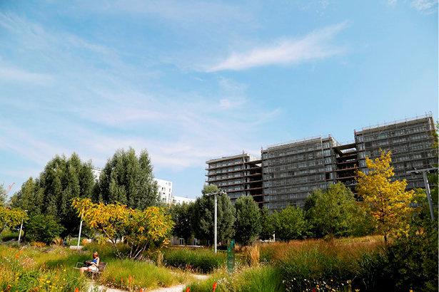 La vie en vert. L'écoquartier Clichy- Batignolles, à Paris, mise, entre autres, sur la géothermie et l'énergie photovoltaïque.