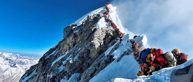 La haute saison bat son plein sur la montagne de 8 848 m, au point que des files d'attente d'alpinistes se forment à proximité du sommet.