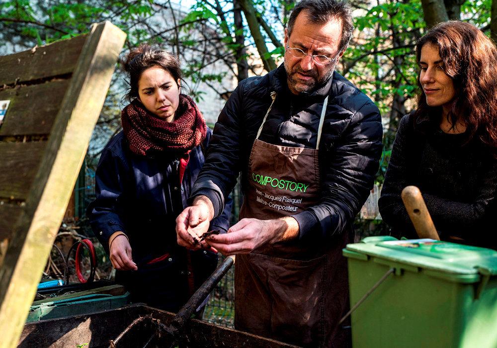 Formation. Cours de compostage pour les particuliers, dans le jardin de la résidence au  107, rue de Reuilly, à Paris.
