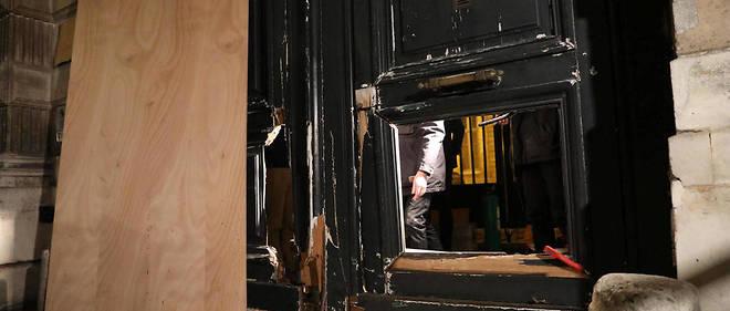 Le 5 janvier, lors du huitième samedi de mobilisation des Gilets jaunes, des manifestants avaient enfoncé les portes en bois du ministère de Benjamin Griveaux, juchés sur un chariot élévateur.
