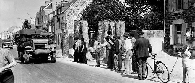 Fin juillet 1944, les Normands saluent le passage d'un convoi de la 4e DB américaine qui vient de libérer Granville.