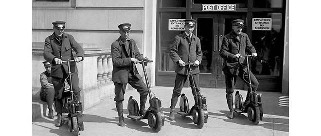 Des postiers américains essayant leurs nouvelles trottinettes motorisées dans les années 1910.