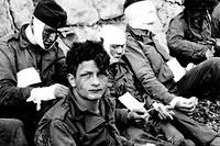 Le 6 juin 1944, secteur Fox Green (Omaha Beach) à l'est de Colleville sur Mer, des survivants de la Première division d'infanterie de l'armée américaine, plus connue sous son surnom de