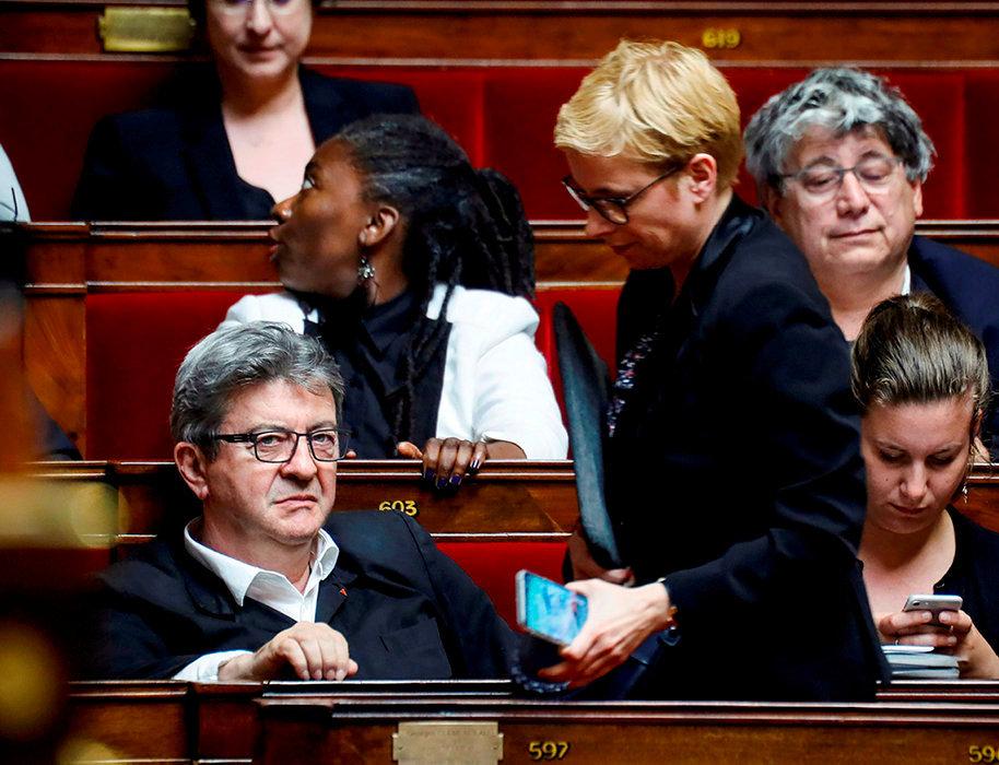 Frictions. Les députés La France insoumise à l'Assemblée nationale, le28mai. Au premier plan, Jean-Luc Mélenchon et Clémentine Autain (debout).