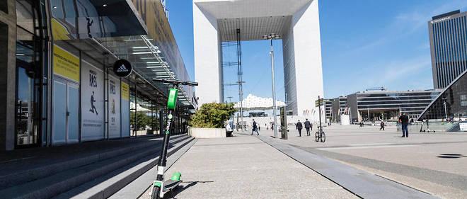 Lime'est autorisée à déployer ses trottinettes électriques sur l'esplanade de La Défense.