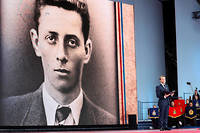 Emmanuel Macron lit la lettre d'Henri Fertet lors des célébrations marquant le 75e anniversaire du Débarquement.