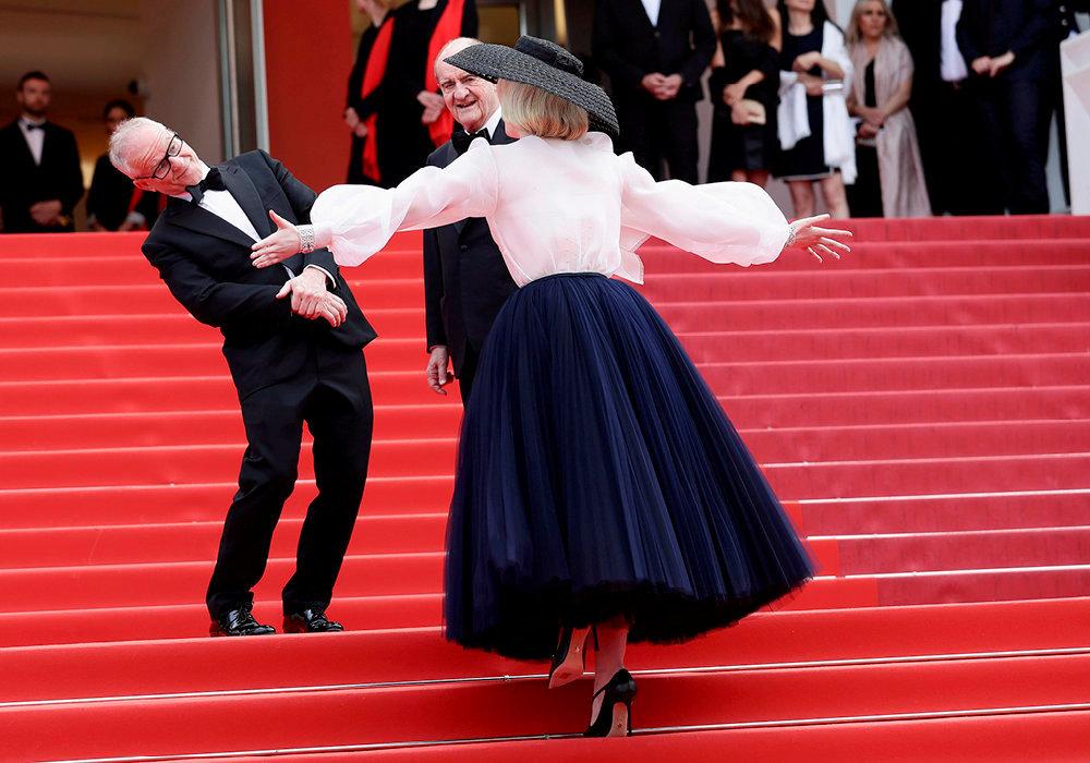 Tapis rouge. Thierry Frémaux (à g.), délégué général du Festival de Cannes, et Pierre Lescure, président du Festival, accueillent l'actrice Elle Fanning sur les célèbres marches du palais, le 21mai.