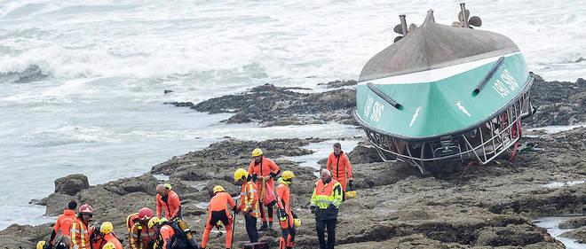 Le canot de la SNSM, qui est autoredressable, a pu se redresser deux fois mais pas une troisième en raison de l'importance de l'eau à bord.