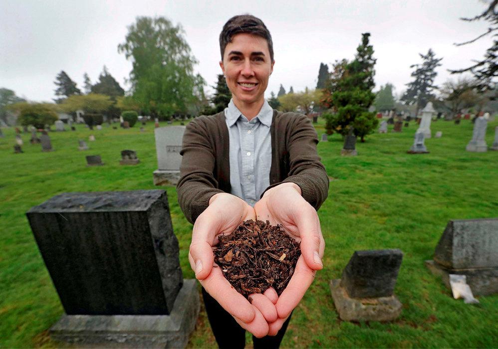 Organique. Katrina Spade, fondatrice delasociété Recompose, a mis au point un système de compostage humain. Ci-dessus, dans un cimetière de Seattle, le19avril, elle présente un échantillon de compost laissé par la décomposition d'une vache recouverte de copeaux de bois, de luzerne et de paille.
